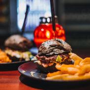 Burger s črno bombeto